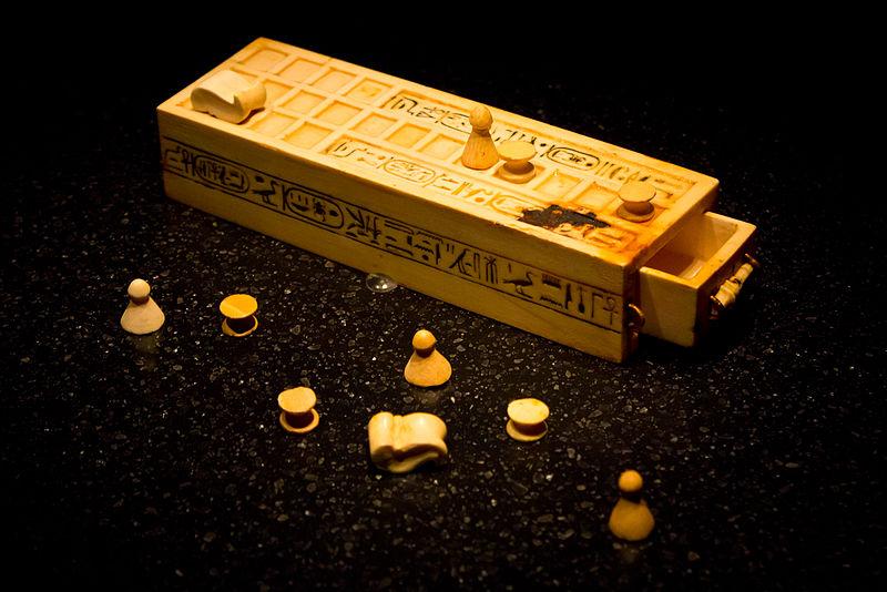 800px Senet game pieces Tutankhamun Historia gier planszowych